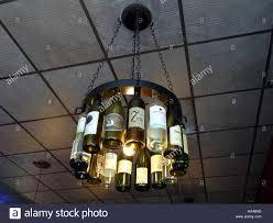 Ein Kronleuchter Aus Wein Flaschen übergabe Von Der Decke In