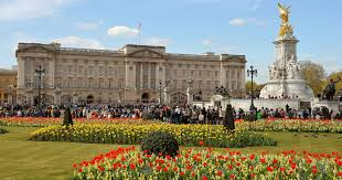 the queen is looking for a gardener at buckingham palace here s how you can apply