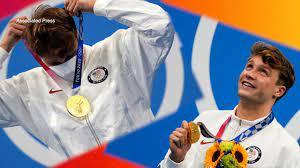 Bobby Finke winning gold medal