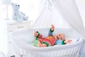 Lustige Baby In Weißen Krippe Mit Baldachin Kinder Interieur Und