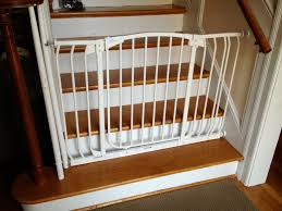 munchkin baby gate with white color and wooden stairs also beige paint walls for modern home