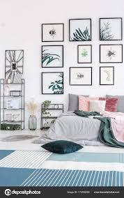 Grünes Kissen Im Schlafzimmer Stockfoto Photographeeeu 179195206