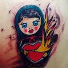 татуировка в стиле олд скул на бедре девушки матрешка фото