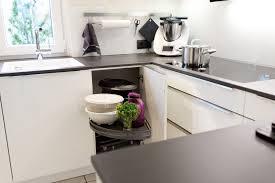 Zeitlose Häcker Küche in weiß mit Granit Arbeitsplatte und berbel