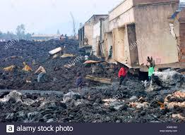 Quando il Nyriragongo vulcano ha eruttato il 18/01/2002 scorreva lava a Goma  nella Repubblica democratica del Congo, distruggendo un terzo della città.  La gente camminare attraverso il raffreddamento di recupero di lava