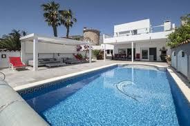 villa rénovée dans un style moderne avec amarre de 12metres