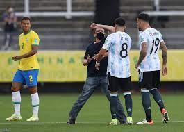 جريدة الرياض | توقف مباراة البرازيل والأرجنتين بعد تدخل السلطات الصحية  البرازيلية