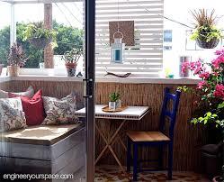 Цветни кашпи по парапета са отличен начин да спестим пространство.падащи масички и столове са подходящо решение за малка тераса. Kak Da Se Vzpolzvate Maksimalno Ot Vashiya Malk Apartament Balkon
