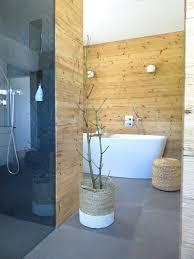 Badezimmer Altholzwand Fliesen Betonoptik Freistehende