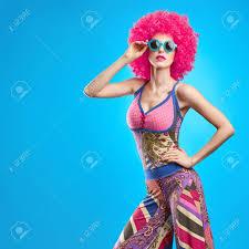 Mannequin Femme Coiffure élégante Maquillage De Mode Cheeky Sexy Girl Modèle été élégant Hipster Outfit Mode Pose Trendy Sunglasses Glamour