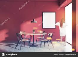 Frau Einem Roten Wand Skandinavischen Stil Esszimmer