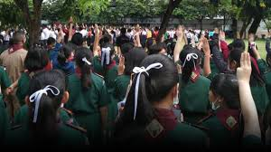 สุด! โรงเรียนดัง เมืองขอนแก่น แจกโบว์ขาวต้านเผด็จการ ผอ.ปลุกปรบมือซวด