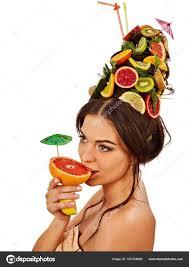 夏のパーティーにフルーツ カクテルを飲む女女性果物髪型 ストック