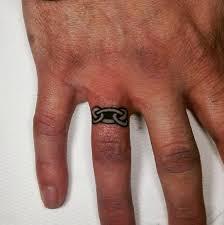 фото татуха кольца на безымянном пальце мужчины
