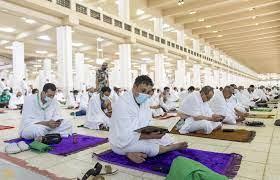 شاهد.. الحجاج يؤدون صلاتي الظهر والعصر جمعًا في مسجد نمرة • صحيفة المرصد