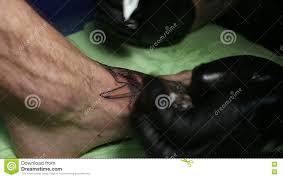 на ноге S человека татуировка сделана сток видео видео