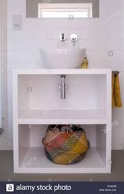 Moderne Weiß Lackierten Mdf Badezimmer Mit Waschbecken Und Bunten
