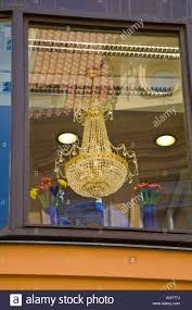 Ein Kristall Kronleuchter Und Glas Blumen Im Fenster Ein