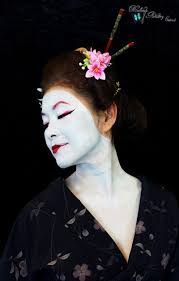 the eye makeup is red and black however the more experienced geisha bees the less red eye makeup she may wear eventually perhaps omitting the red eye