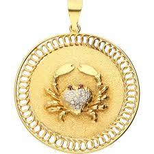 18 kt exclusive yellow gold pendant in the shape of a crab set with 10