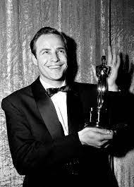 Marlon Brando with his Oscar for On the Waterfront, 1955. | Les oscars,  Célébrités, Tendances luxe