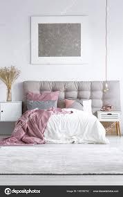 Grauen Teppich Im Hellen Schlafzimmer Stockfoto Photographeeeu