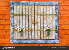 Alte Fensterläden Aus Holz Mit Petunien Töpfen Stockfoto Imarzi