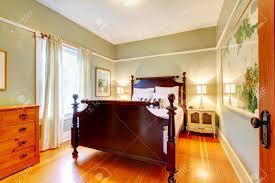 Grünes Schlafzimmer Mit Kirsche Und Dunklen Hartholz Bett