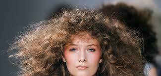 8 Coiffures Pour Cheveux Bouclés Grazia