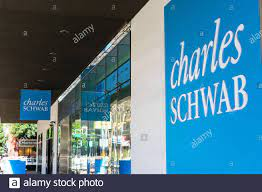 Ein Charles Schwab Logo auf eine ...