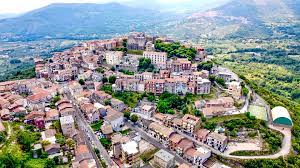 قرية جديدة في إيطاليا تنضم إلى مبادرة بيع المنازل بسعر يورو واحد..ما الذي  يميزها؟ - CNN Arabic