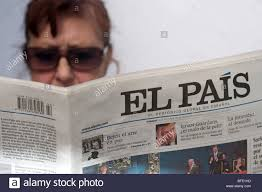 Donna leggendo una copia del quotidiano spagnolo El Pais (paese Foto stock  - Alamy