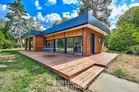 maison en bois au coeur de la forêt