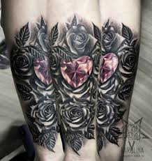 розы и кристалл в виде сердца черно серая тату на руке сделать