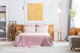 Natürliche Einrichtung Von Gemütlichen Weißen Und Rosa Schlafzimmer