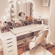 makeup desks and hollywood light up mirrors are so perfect