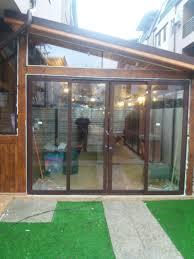 veranda cu aoperis din carton bituminat inchisa cu usi glisante