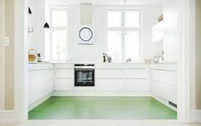 Bolig magasinet cococozy white kitchen linoleum green floor modern