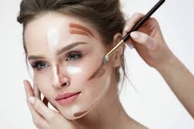 setelah mempertegas kontur wajah dengan contour dan bronzer tambahkan sedikit highlighter untuk menonjolkan beberapa sisi wajah kenakan di bagian dagu