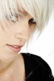 彼女の髪をビューアーで横にピアリング トレンディな髪型と若い