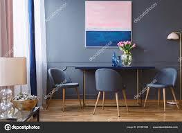 Rosa Blüten Auf Tisch Esszimmer Innenraum Mit Malerei Und