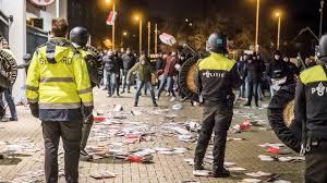 Hooligans bestormen hoofdingang stadion PSV in Eindhoven