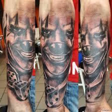 клоун с игральными кубиками тату на предплечье у парня добавлено