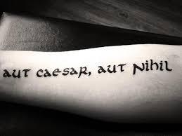 Tetování S Nápisem Na Ruce S Překladem Krásné ženské A Mužské