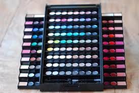 semana pada apresentei a voces a makeup academy palette ela tem sombra delineador glosses blushes e