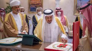 قلادة الملك عبدالعزيز للسلطان هيثم ووسام آل سعيد للملك سلمان في مشهد تاريخي  (فيديو)