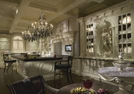 Moderne und luxuriöse weiße Küche mit Geräten aus rostfreiem Stahl