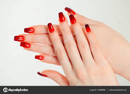 爪を磨くアートのマニキュアモダンなスタイルの赤黒グラデーション