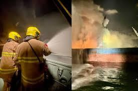 本港今日(2日)下午 5 時半起,西九龍、青衣等一帶均聞到異味。綜合報道及區議員指,昂船洲大橋對出海面躉船下午 5 時許著火,船上有約 2000 噸金屬廢料,至少4 艘船灌救,至晚上 9 時仍未救熄。晚上11時許,消防將火警升為三級。 T3ze0t6i4vfvdm