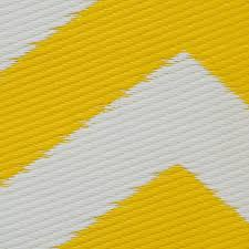 zig zag outdoor rug in yellow white close up